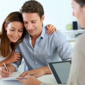 what does a mortgage broker do